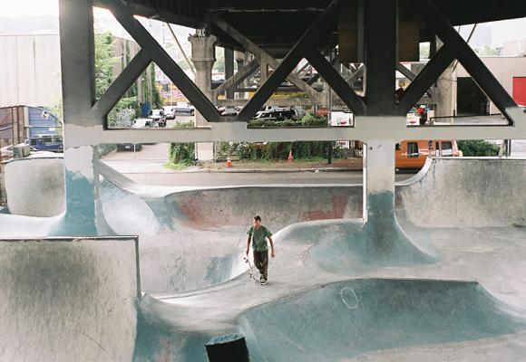 Sous le pont, la ville